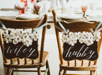 新郎新婦のイスを黒板を使って装飾するDIYアイディア